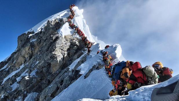 Así es un atasco en la cima más alta del planeta