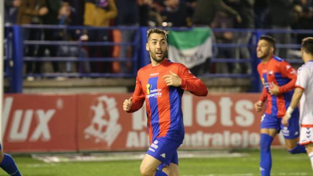 Perea celebra un gol del Extremadura.