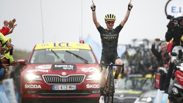 Simon Yates celebra el triunfo en la etapa