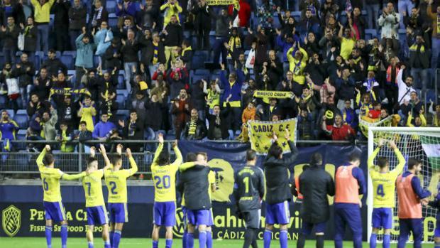 El equipo aplaude a la afición en el Estadio Ramón de Carranza.
