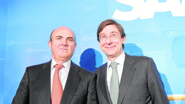 El ministro Luis de Guindos, con el presidente de Bankia, José Ignacio Goirigolzarri