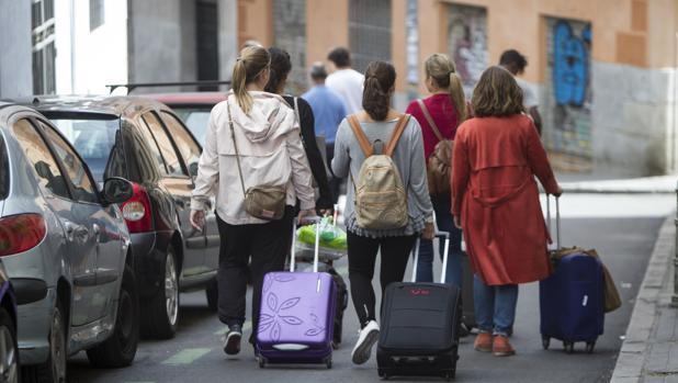 Turistas en la calle Lavapiés (Madrid)