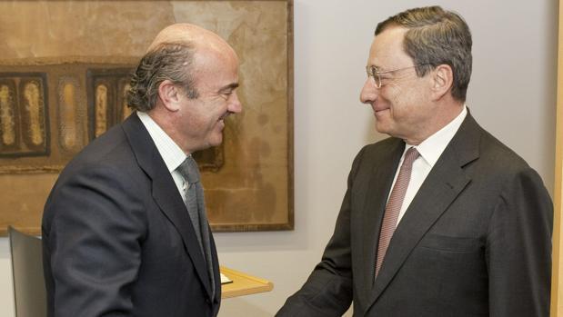 Luis de Guindos, nuevo vicepresidente del BCE, con el presidente Mario Draghi