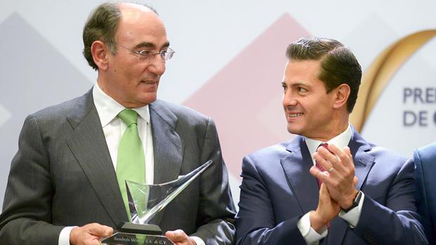Galán y Peña Nieto, durante la entrega del premio