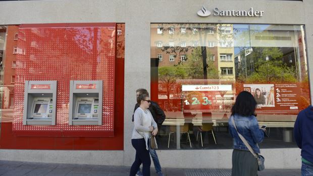 La diferencia entre el coste del máximo ejecutivo y el menor salario es de 661 veces en el Santander