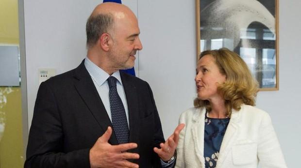 El comisario de Economía, Pierre Moscovici, junto a la ministra de Economía, Nadia Calviño