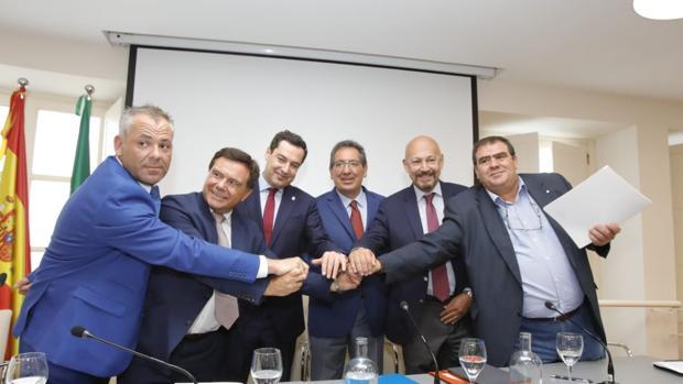 Foto de familia tras la firma del VI Acuerdo para la Valorización Energética de la industria cementera andaluza