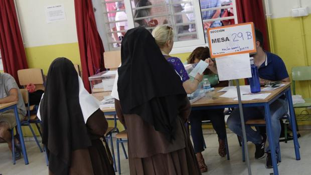 Dos religiosas ejercen su derecho al voto en un colegio de la capital