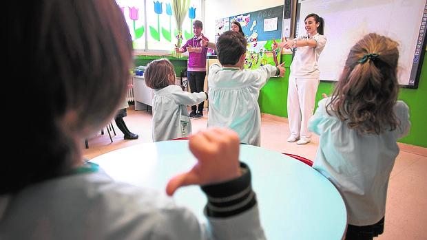 Tutoras con niños en clase