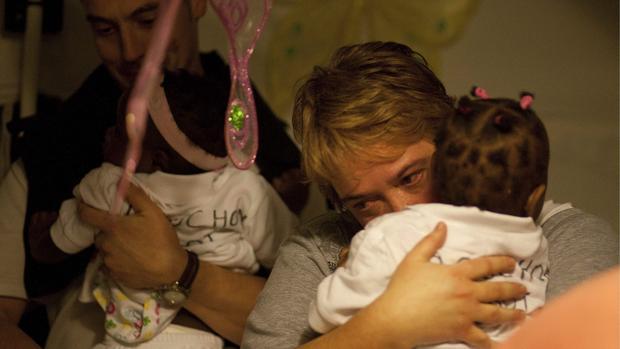 Unos padres abrazan a sus hijos en una foto de archivo