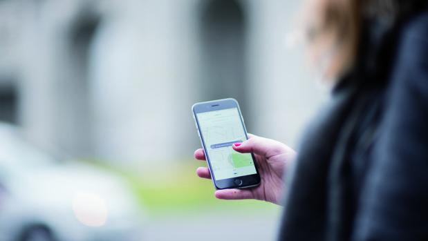 Una usuaria de Uber solicita el servicio de transporte desde la aplicación móvil