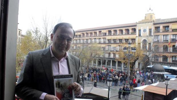 Antonio Conde, con su libro, en la sede de ABC en Zocodover