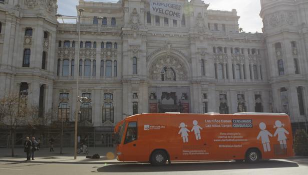 El polémico autobús de Hazte Oir, en su tercera versión, ante la sede del Ayuntamiento de Madrid