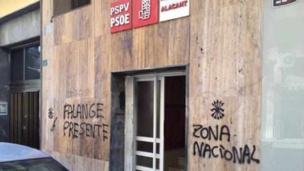Pintadas en la fachada de la sede de los socialistas en la ciudad de Alicante