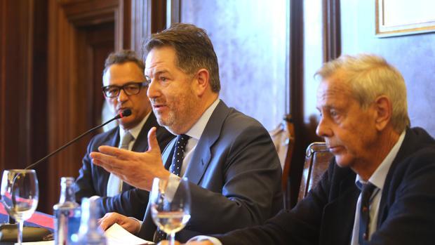 Bieito Rubido, director de ABC, estuvo acompañado en su charla por el presidente del Real Club Náutico de La Coruña, Germán Suárez-Pumariega, y por José María Paz Gago, catedrático de Literatura de la UDC