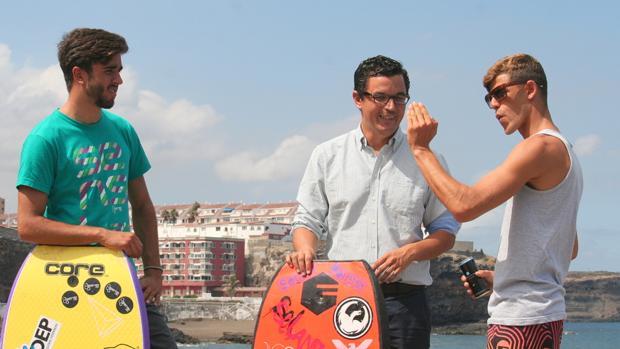 Pablo Rodríguez, líder de CC, entre Guillermo Cobo y Eduardo Rodríguez, campeones europeos de bodysurf