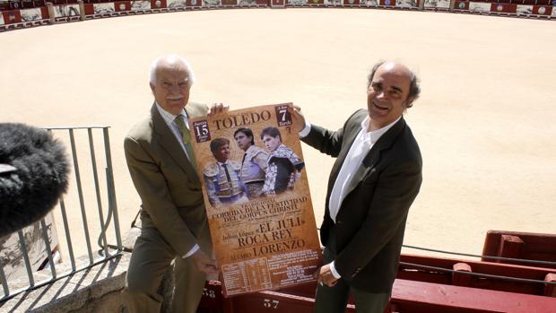 Eduardo Martín-Peñato y Pablo Lozano, este jueves con un cartel de la corrida en la plaza de toros de Toledo