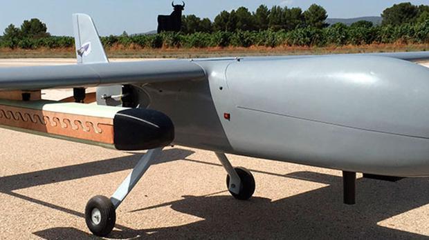 Modelo de dron con el depósito especial para lanzar insector esterilizados en pleno vuelo, en un lateral