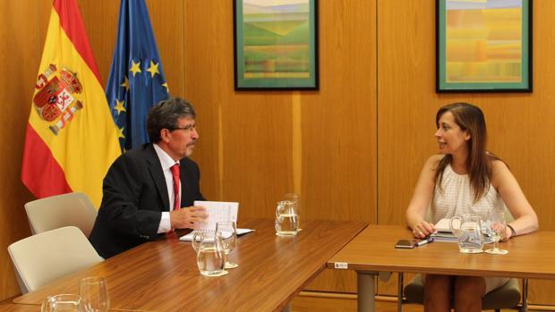 El director gerente de la Agencia del Agua de Castilla-La Mancha, Antonio Luengo Rodríguez, con Liana Ardiles