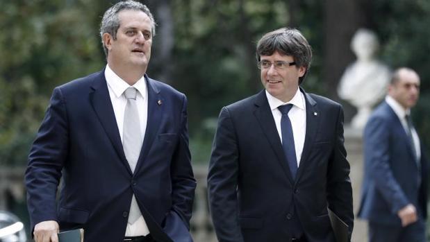 El presidente de la Generalitat, Carles Puigdemont, junto al conseller de Interior, Joquim Forn (i), a su llegada a la reunión de la Junta de Seguridad de Cataluña