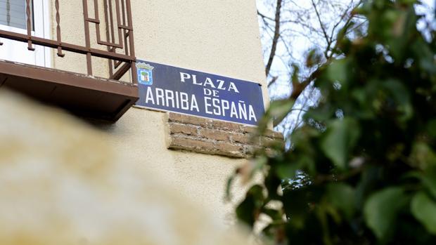 Placa de la plaza de Arriba España, en Madrid