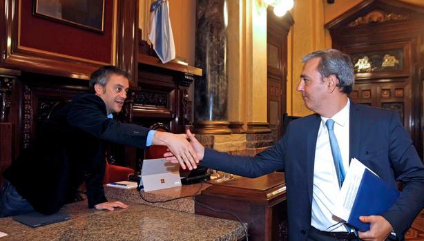 Xulio Ferreiro saluda al portavoz del PSOE en el concello antes del pleno