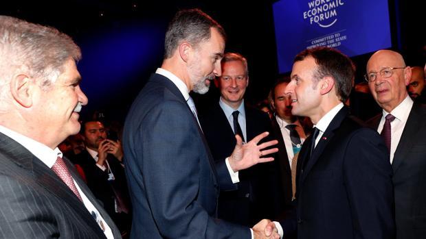 El ministro de Exteriores, Alfonso Dastis, junto al Rey, en Davos