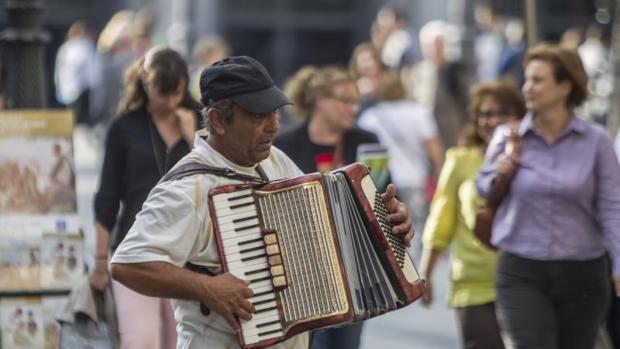 Un músico callejero en la plaza de Ópera