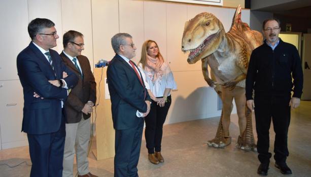 Felpeto, Carrascosa, Hidalgo y Langreo junto al dinosaurio móvil «Pepito»