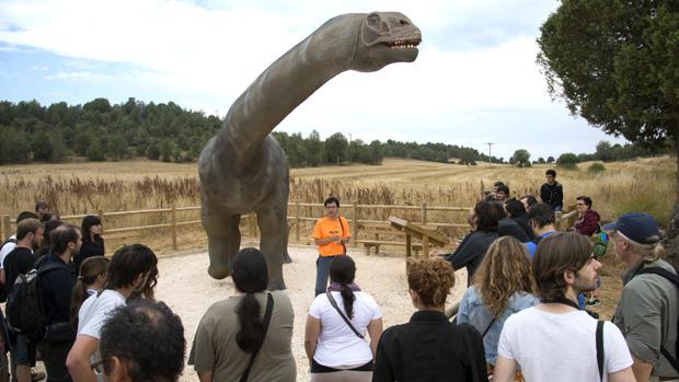 Expertos de todo el mundo visitan las icnitas de la zona de Salas de los Infantes guiados por Fidel Torcida, director del museo de los dinosaurios de Salas de los Infantes