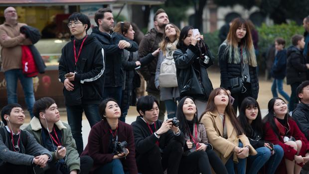 Grupo de turistas contemplando la Sagrada Familia