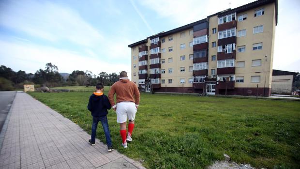 Dos niños se dirigen al conocido como Parque del Lindano, en Torneiros, O Porriño