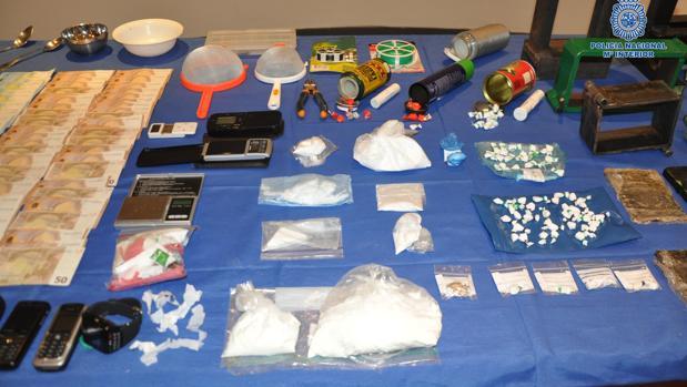 Los agentes se incautaron de 525 gramos de cocaina, 3.500 euros en efectivo, así como del instrumental necesario para el desarrollo de la actividad ilícital