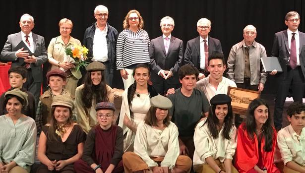 Los directores con la asociación local de teatro «Liberaelarte»
