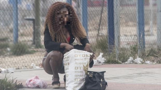 Una mujer ejerce la prostitución en el polígono de Marconi