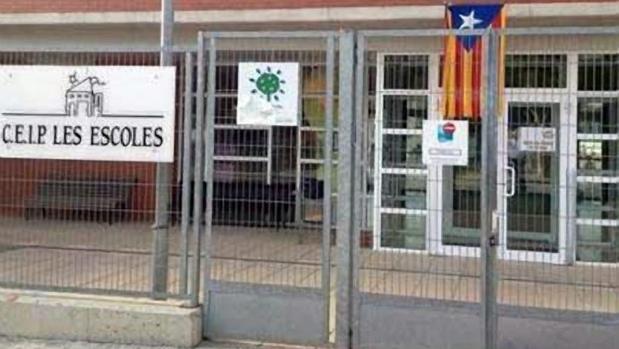 Imagen de una escuela catalana con la estelada colgada en el acceso a las instalaciones