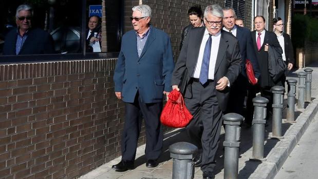 Varios exconsejeros de la CAM acudiendo al juicio por las dietas del expresidente Crespo