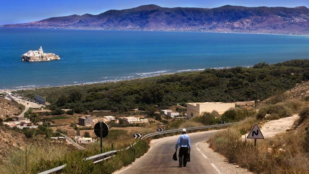 Carretera que lleva a la playa de Sfiha, frente al Peñón de Alhucemas, España