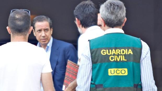 Eduardo Zaplana, durante uno de los registros en domicilio