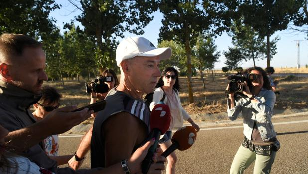 El histórico etarra Santi Potros saliendo de la cárcel de Salamanca tras quedar en libertad