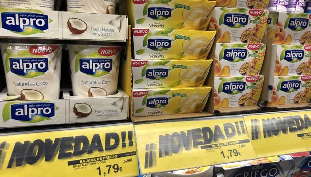 Imagen de los nuevos productos de Alpro en uno de los lineales de Mercadona