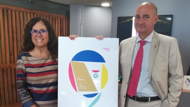Padilla y Vallejo con el cartel del Día de la Comunidad Valenciana, este miércoles en Alicante