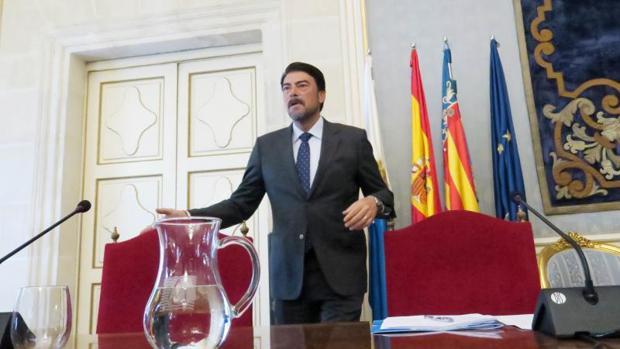 El alcalde, Luis Barcala, en el Ayuntamiento de Alicante