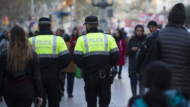 Dos agentes de la Urbana, por el centro de Barcelona