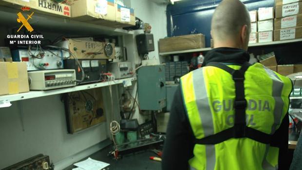La Guardia Civil, durante el registro de uno de los talleres implicados en esta red
