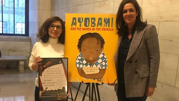 Mar Azabal, a la izquierda, y Ana Eulate, después de recoger el premio en la Biblioteca Pública de Nueva York