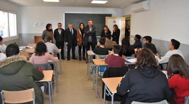 Ángel Felpeto, junto al alcalde de Bargas, Gustavo Figueroa, visitan una clase del instituto «Julio Verne»