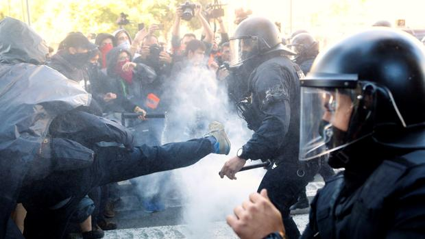 Los Mossos d'Esquadra cargando en Barcelona contra manifestantes de los Comités de Defensa de la República