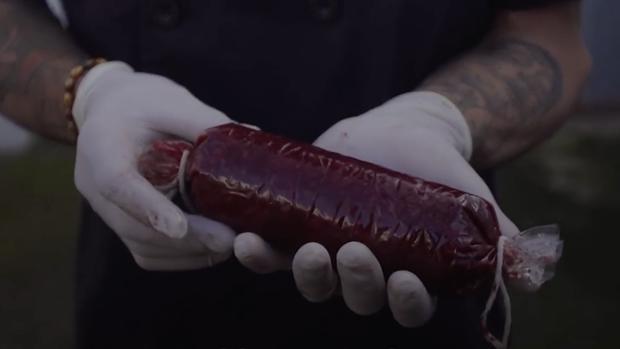 El joven Raúl Escuín muestra una morcilla que ha elaborado con su propia sangre