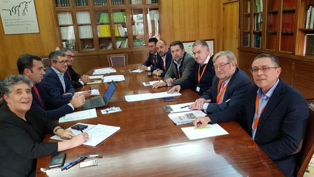 Reunión reciente de representantes de los regantes con un portavoz de la Administración central